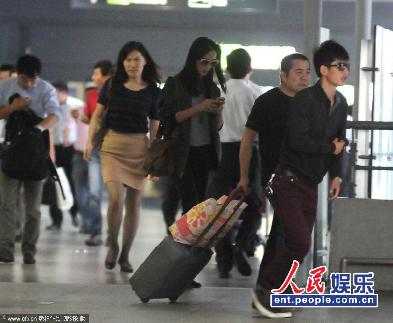 机场,当天姚晨一身休闲打扮素颜出现的姚晨边走边