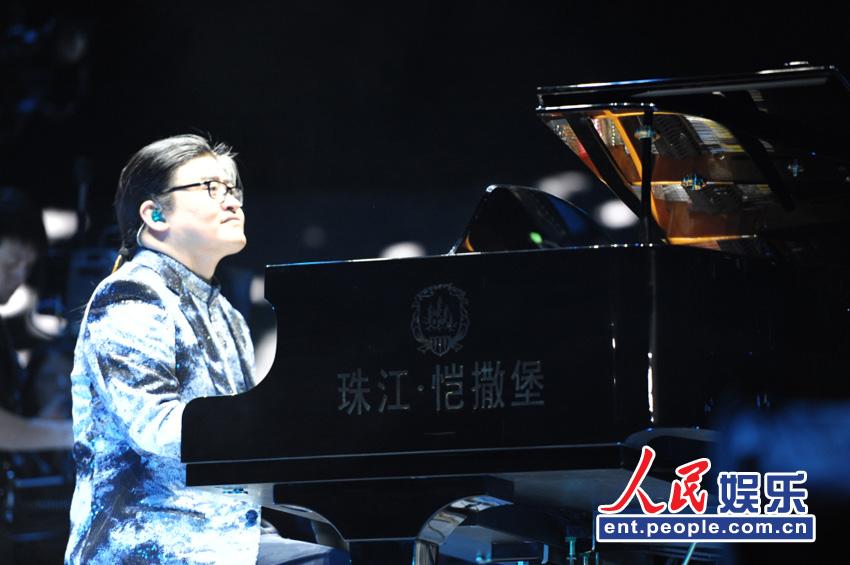 刘欢为学员钢琴伴奏
