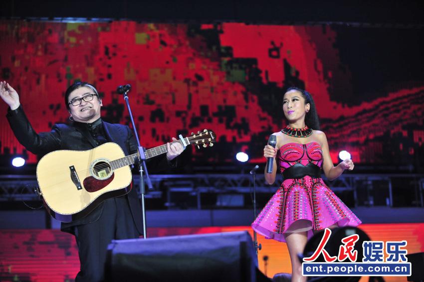 刘欢边弹边唱和吉克隽逸合作
