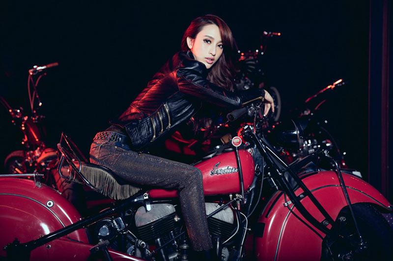 高清:张俪新写真携爱车出镜 上演魅惑摇滚气质