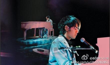 """周杰伦/网友感叹弹钢琴的男生最帅 周杰伦成""""标杆"""""""