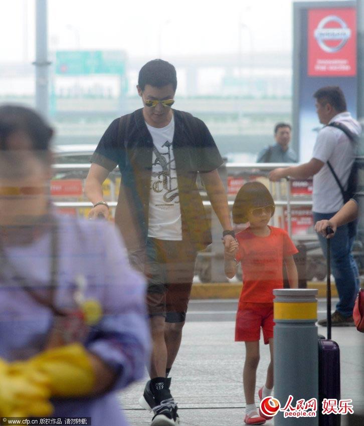 潮爸陆毅带女儿现身机场 贝儿蹲地自己整行李显乖巧