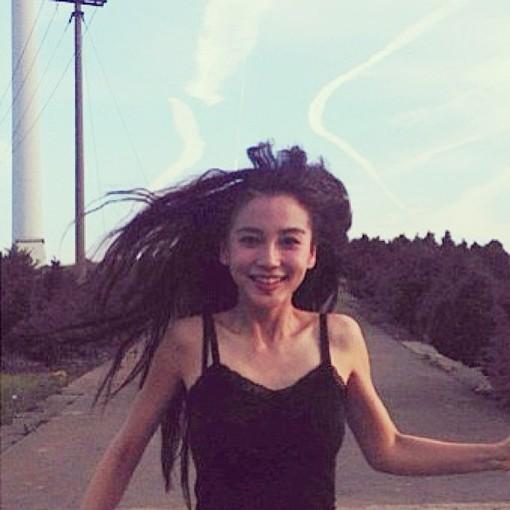 照片中林志玲一身绿色碎花短裙
