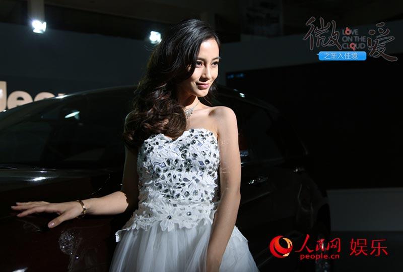Angelababy《微爱》展车模本色抹胸长裙似婚纱