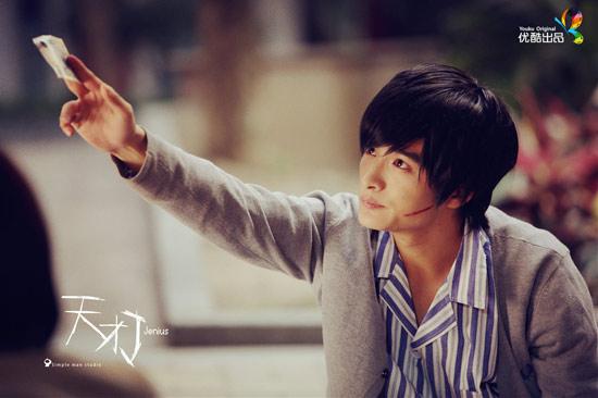 剧中,饰演天才男主阿j的演员陈思宇也在一夜之间圈粉无数,其酷帅的
