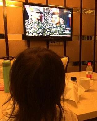 爱女坐桌前看电视画面系贾乃亮主演作品(图)