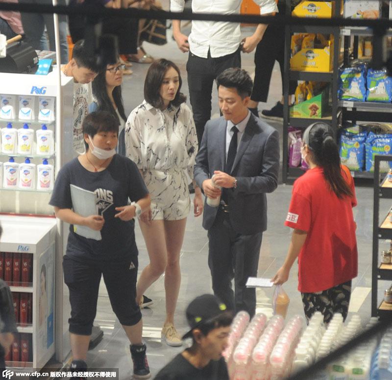 杨幂黄轩超市内拍吻戏靠借位 似关系太熟频频