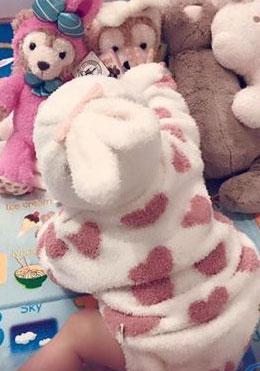 昆凌爱女穿动物装变小兔子 坐玩具堆中背影可爱(图)