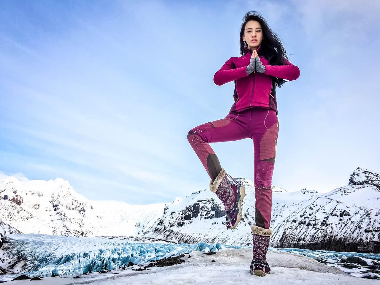 母其弥雅展示雪地运动风 瑜伽女神变冰雪女王