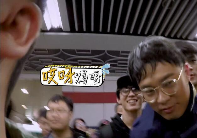 陈赫挤完地铁变大叔,网友感叹:地铁催人老啊!