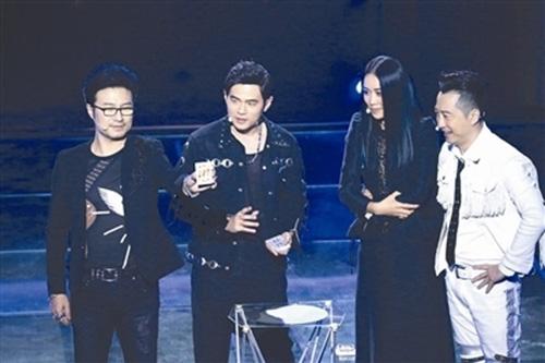 《中国新歌声》周杰伦跨界秀魔术 官灵芝首登舞台