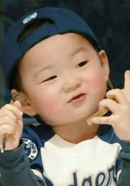 韩国爆红三胞胎近照曝光 宋民国讨喜小吃货变长腿小男神