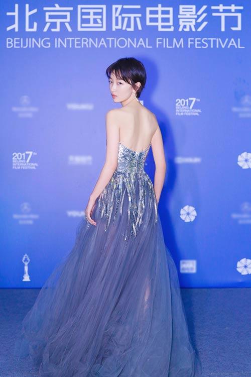 周冬雨亮相北京国际电影节 长礼服独特尽显优雅