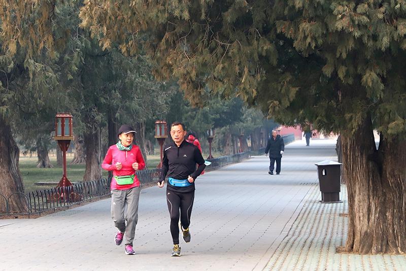 2月12日,北京天坛,正在跑步健身的市民。