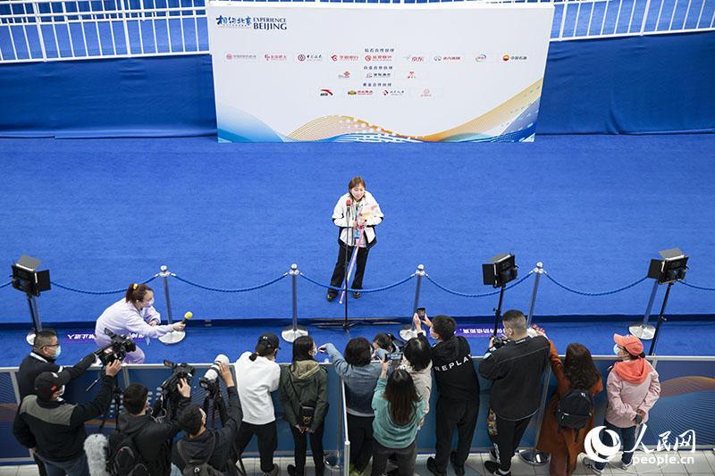 赛后一位教练员接受媒体采访。人民网记者 张志强摄