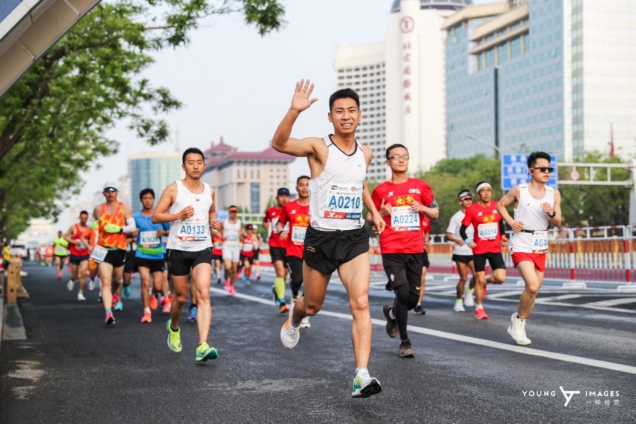 奋进六十五载 致敬百年征程 北京半程马拉松鸣枪开跑