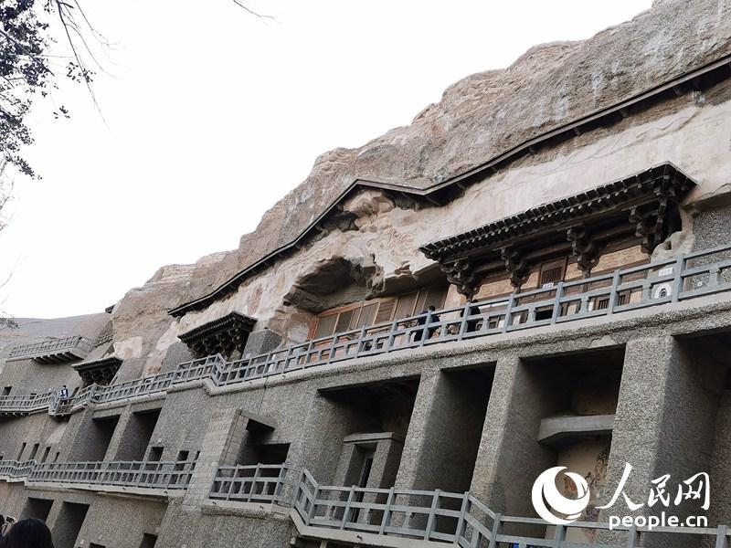 在洞窟外可看到从宋代保管至今的木檐。人民网记者 赵光霞摄