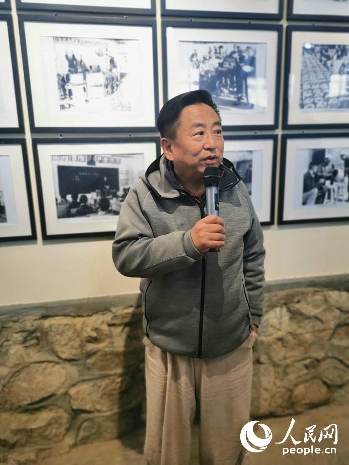 杜永卫介绍陈列的敦煌老照片。人民网记者 赵光霞摄