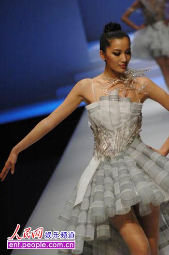 经过激烈角逐,来自北京中央戏剧学院的1号选手王静在32位选手中脱颖而