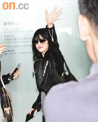 素颜现身香港机场 周迅头发乱宋慧乔风采依然