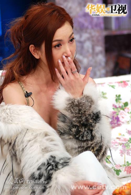 人民网娱乐讯温碧霞被观众所熟悉,是在港剧《火玫瑰》里饰演的