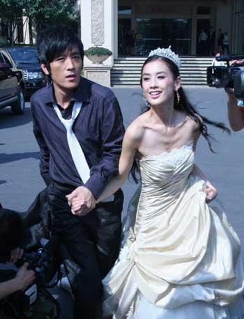 依杨子拍婚照扮逃跑新娘(资料图片)-情人节明星爱 情 还是钱