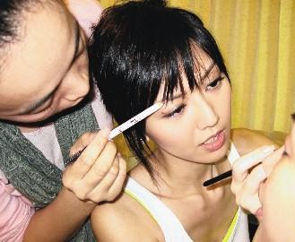孙燕姿/经常形成化妆师替她化妆,她替任务人员化妆的搞笑场景。图/...