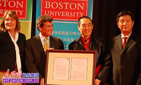 张艺谋在北京电影学院大礼堂接受美国波士顿大学授予的该校人文艺术图片