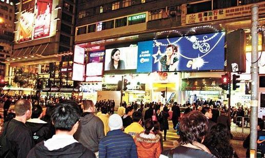 播出时,尖沙咀重庆大厦的大电视有不少途人驻足收看-阿娇受访激动图片