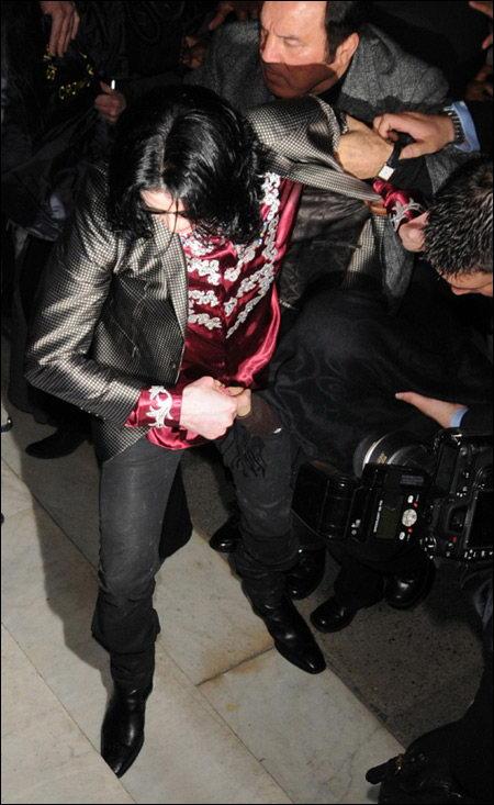 迈克尔-杰克逊被歌迷拉扯