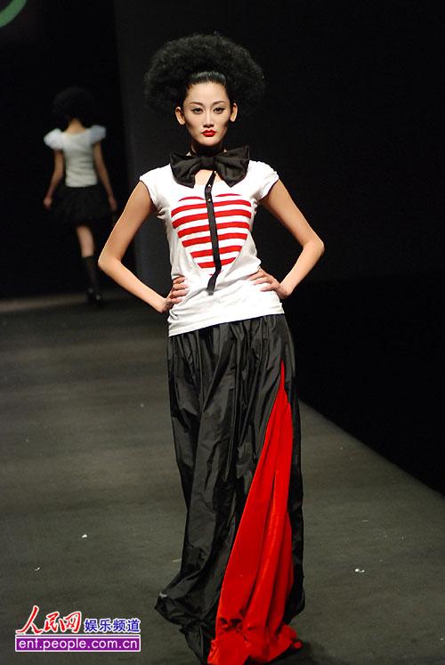 组图:浙江理工大学时装设计毕业作品发布会举行