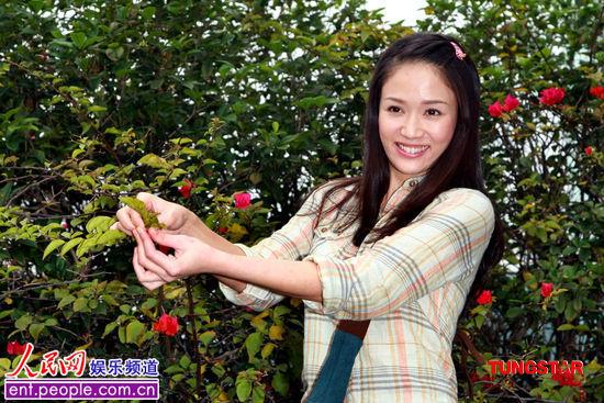 北京时间4月6日,台湾最新偶像剧《福气安康》女主角陈乔恩定装,只见她一身朴素的装扮,还配合角色尝百草。陈乔恩表示一直很期待演喜剧,这次终于如愿以偿。对于剧中和男主角蓝正龙有不少对手戏,陈乔恩笑著说:期待与他擦出意想不到的火花。   陈乔恩在剧中饰演谢福安,个性随遇而安、乐于助人、个性知足常乐,不会刻意追求,珍惜身边的小幸福与小细节,只要获得一点点的收获,就会非常高兴,是个典型的草食女,与剧中蓝正龙有著旺盛企图心及行动力,为达目的想尽办法的肉食男有著极大的对比。陈乔恩说:在拍《命中注定我