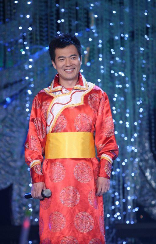 黄健翔身穿蒙古族服饰学跳蒙古舞-黄健翔首度热舞 戴军与偶像合唱 一图片