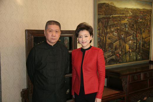 收藏家马未都(左)和主持人杨澜合影。