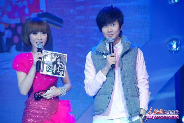 林俊杰(右)表情可爱.人民网记者