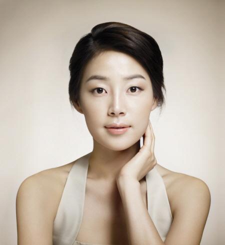 组图:韩智慧为顶级化妆品代言 清丽容颜迷人--娱