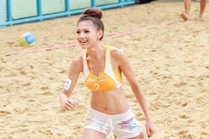 周秀娜亮相沙滩排球场 傅颖收起性感只露纤腰