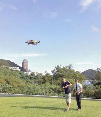 李嘉欣形容丈夫是男孩+家中玩遥控直升机