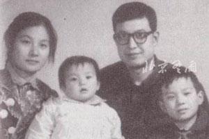 组图:赵薇罕见全家福照曝光 自幼长相标致