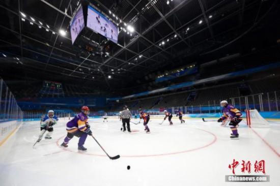 """4月2日,运动员在冰球项目测试活动中。当日,""""相约北京""""冰上项目测试活动冰球比赛在北京的国家体育馆拉开帷幕。 <a target='_blank' data-cke-saved-href='http://www.chinanews.com/' href='http://www.chinanews.com/'><p align="""