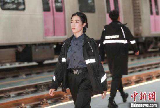 京港地铁28日启用新制服智能车站机器人亮相发布