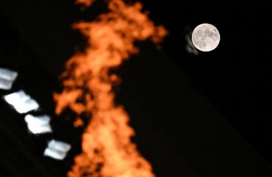 圣火映圆月