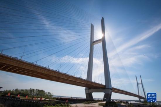 湖北:两座长江大桥同日开通