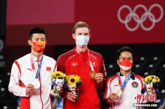 谌龙在东京奥运会中获得一枚银牌,图为颁奖仪式现场。<a target='_blank'  data-cke-saved-href='http://www.chinanews.com/' href='http://www.chinanews.com/'><p  align=