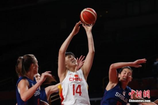 资料图:当地时间8月4日,中国队球员李月汝(中)在比赛中上篮。当日,在东京奥运会女子篮球1/4决赛中,中国女篮70:77不敌塞尔维亚女篮,止步八强。 <a target='_blank'  data-cke-saved-href='http://www.chinanews.com/' href='http://www.chinanews.com/'><p  align=