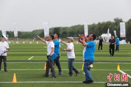 参赛选手在放飞风筝 北京市体育局供图